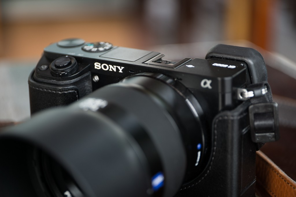 The front is exceptionally sleep apart from the shutter button, one customizable one and the dials on the top-plate.