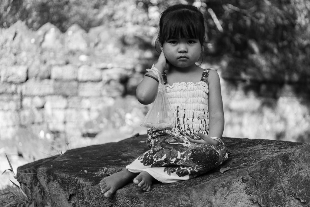 Little cambodian girl seem to know how to pose. Marie Baersch, Sony a6000, Zeiss Touit 2.8/50mm.
