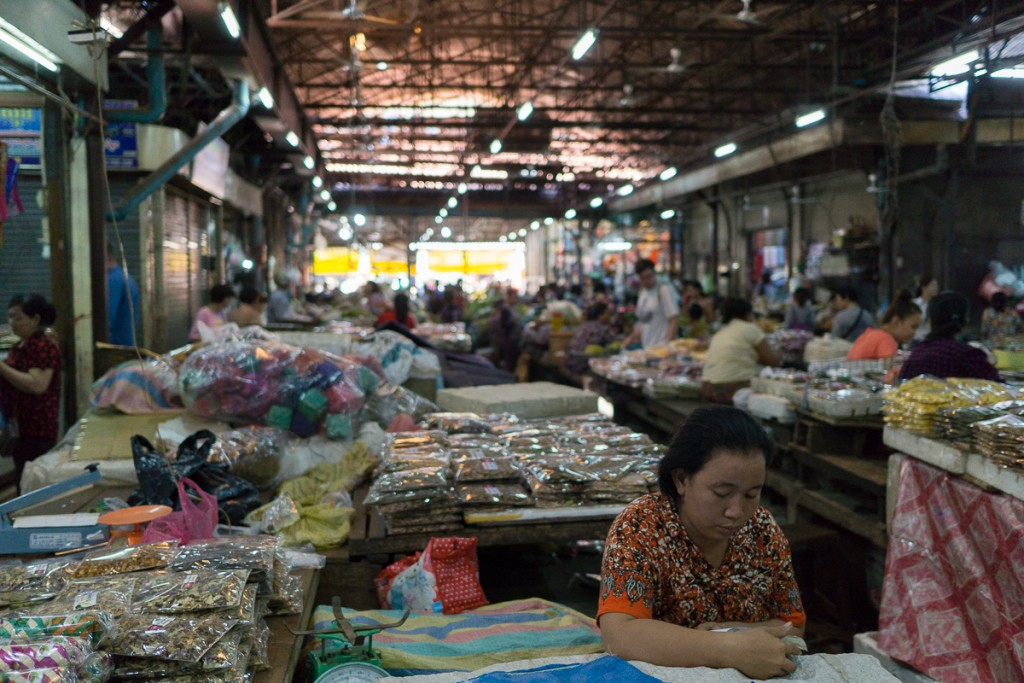 One of the bigger markets right in the center of siam reap. You literally can get anything in there form scarfs to fish for tonights dinner. Alexander Waetzel, Sony a6000, Sony Zeiss 1.8/24mm.