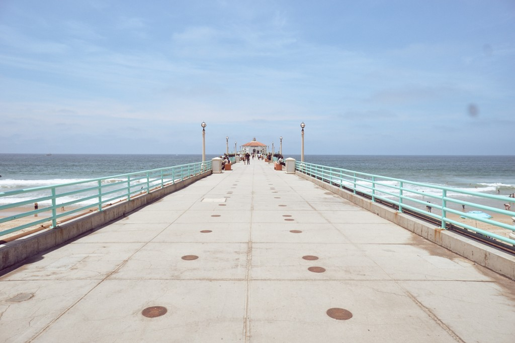 Manhattan Beach Pier is a nice place to watch people and surfers. And if you're as lucky as we have been you might even see dolphins. Alexander Waetzel, Sony a6000, Sony 16/2.8