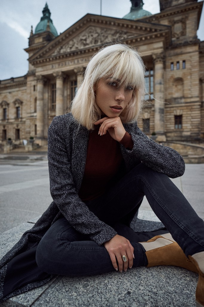 Model Vanessa in front of a unique landmark in our city. Marie Baersch, Sony A7, Zeiss Loxia 21/2.8.